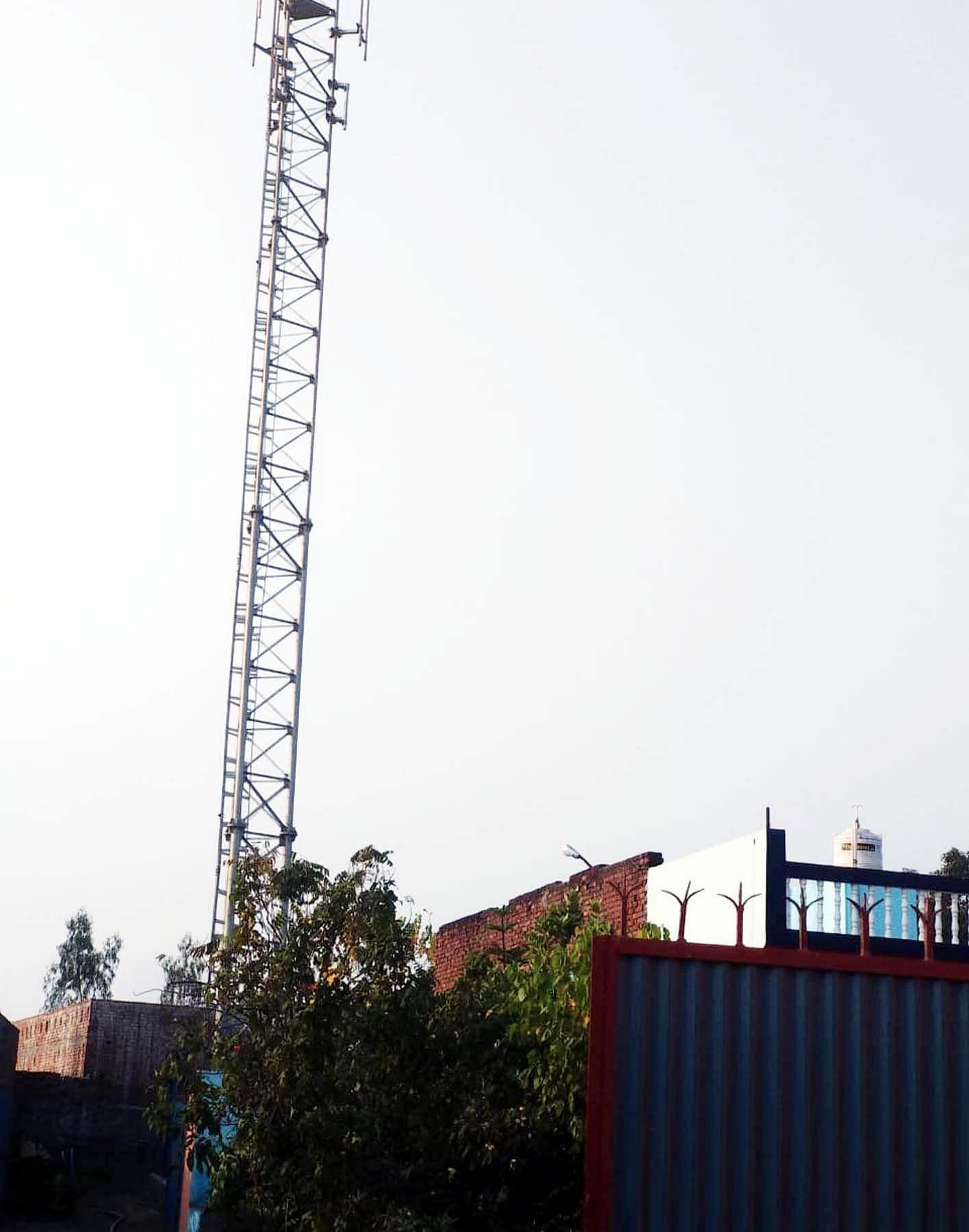 खुटार में आबादी के बीच लगा टॉवर