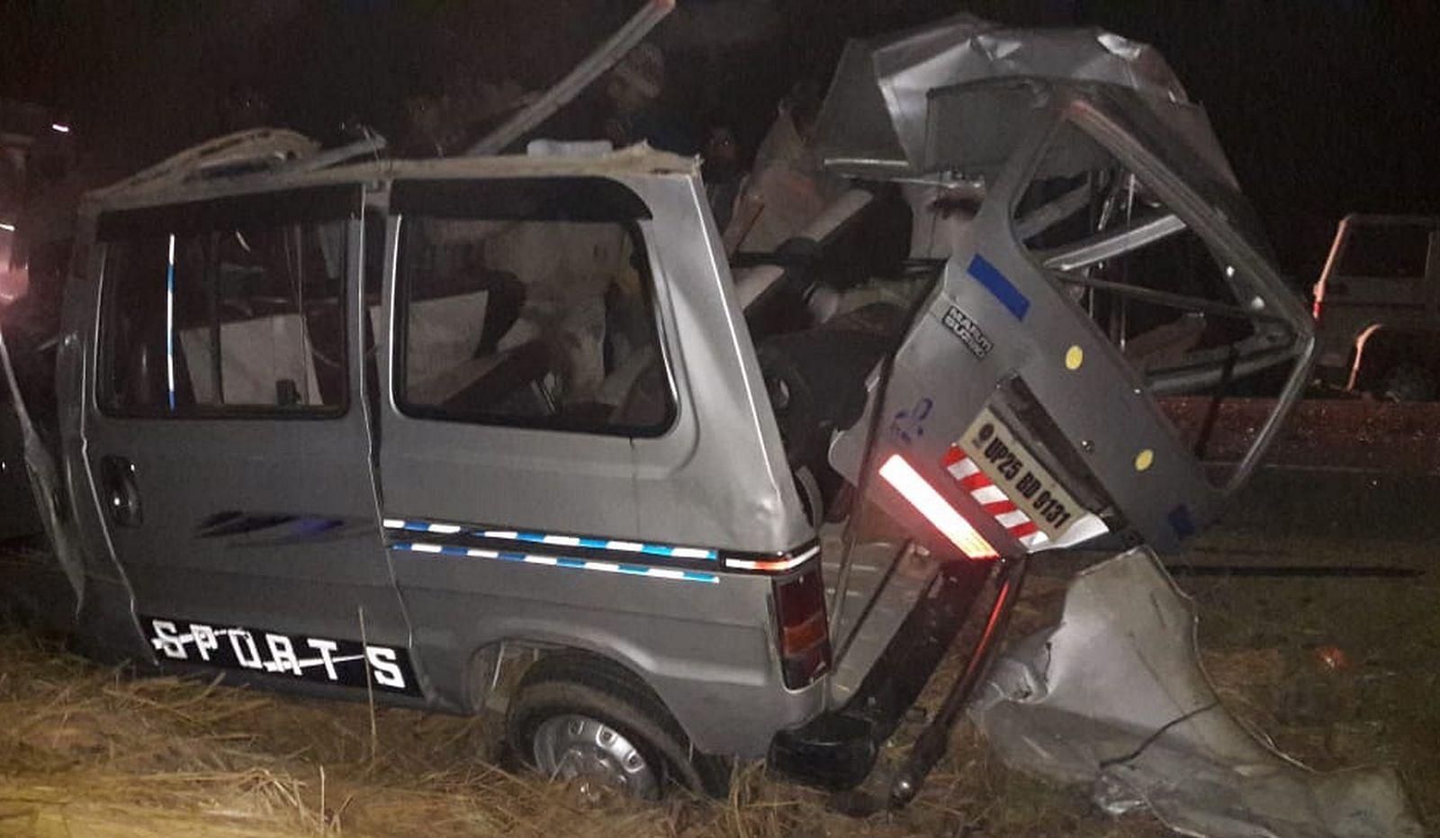 अलापुर में संजरपुर के पास हुए हादसे के बाद क्षतिग्रस्त मारुति वैन
