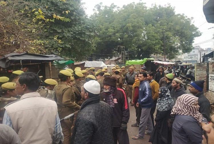 नागरिकता संशोधन कानून व एनआरसी के विरोध में मंसूर अली पार्क में चल रहा विरोध प्रदर्शन लगातार पांचवें दिन भी जारी है। शुक्रवार को भारी पुलिस फोर्स तैनात करने और पार्क में प्रवेश को लेकर लोगों ने जताया।