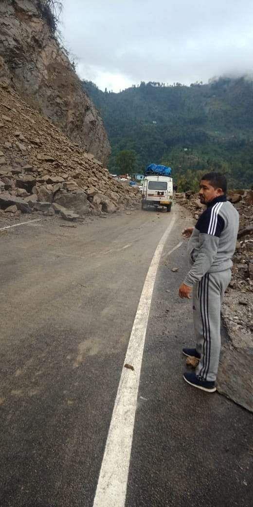 चंपावत के स्वांला में पहाड़ी से पत्थर गिरने से बंद राजमार्ग।