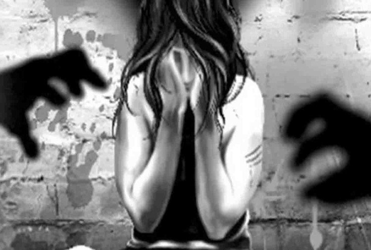 कानपुर के चकेरी से अगवा कर बंधक बनाकर रखी गई किशोरी ने चार लोगों पर सामूहिक दुष्कर्म करने का आरोप लगाया है। आरोपी के चंगुल से छूटने के बाद किशोरी ने शुक्रवार को पुलिस को दिए बयान में आपबीती बताई।