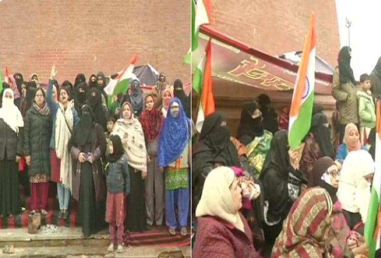 नागरिकता संसोधन कानून (सीएए) के खिलाफ लखनऊ के घंटा घर के बाहर महिलाएं बीते 24 घंटे से धरना प्रदर्शन कर रही हैं। इन महिलाओं का प्रदर्शन भी दिल्ली के शाहीन बाग की तर्ज पर बताया जा रहा है।