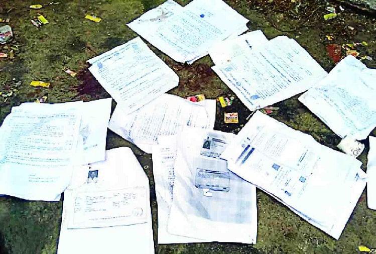 हरदोई के संडीला में किसान सम्मान निधि के आवेदनपत्र शनिवार को तहसील परिसर में कूड़े के ढेर में पड़े मिले। इन आवेदन पत्रों के साथ आवेदकों के खतौनी सहित अन्य अभिलेख भी लगे थे। तहसीलदार ने सभी आवेदनपत्रों को एकत्र करवाकर अपने पास रखवा लिया है।
