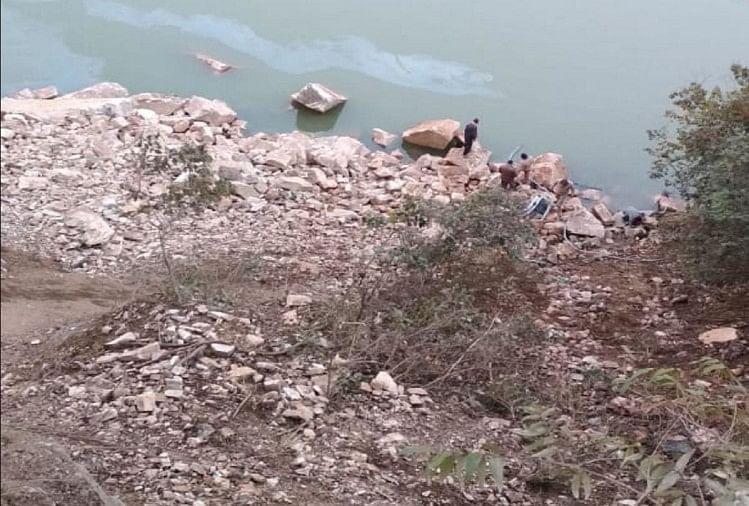 उत्तराखंड के बद्रीनाथ राष्ट्रीय राजमार्ग पर रविवार को एक कार धारा देवी के पास नदी में जा गिरी।