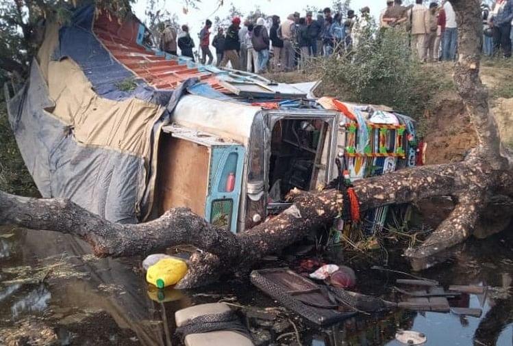 चंदौली जिले के शहाबगंज थाना क्षेत्र के चकिया-इलिया मार्ग पर तियरा गांव के पास रविवार सुबह तेज रफ्तार ट्रक युवक को कुचलते हुए आगे जाकर पलट गया। ट्रक की चपेट में आने से युवक की मौत हो गई...