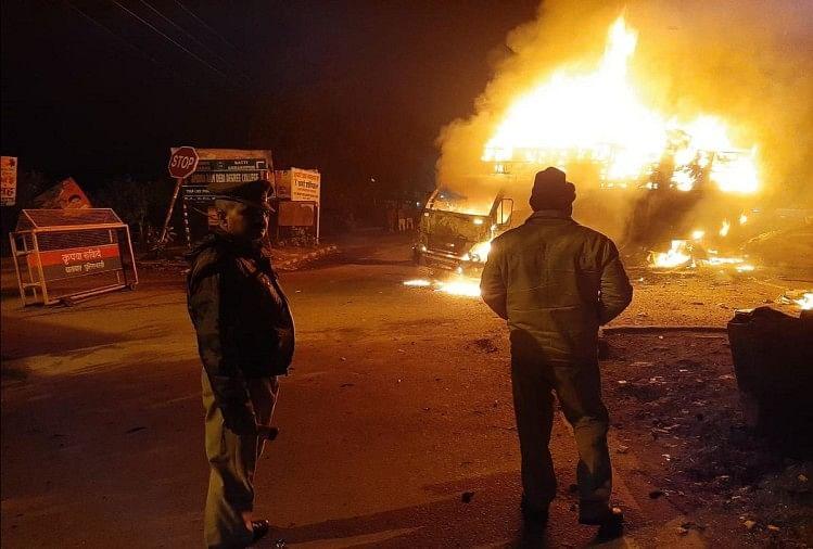 बस्ती जिले में छावनी थाना क्षेत्र के राम जानकी तिराहे पर कार व डीसीएम की जोरदार टक्कर हो गई। टक्कर के बाद कार व डीसीएम देखते-ही देखते धू-धू कर जलने लगीं।