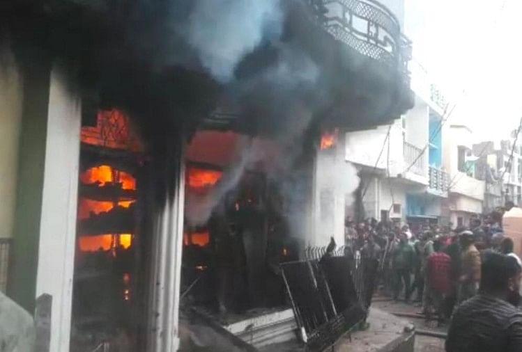 अयोध्या जिले की नगर कोतवाली के सब्जी मंडी इलाके में बटन फैक्टरी में आग लग जाने से पूरा कारखाना खाक हो गया।