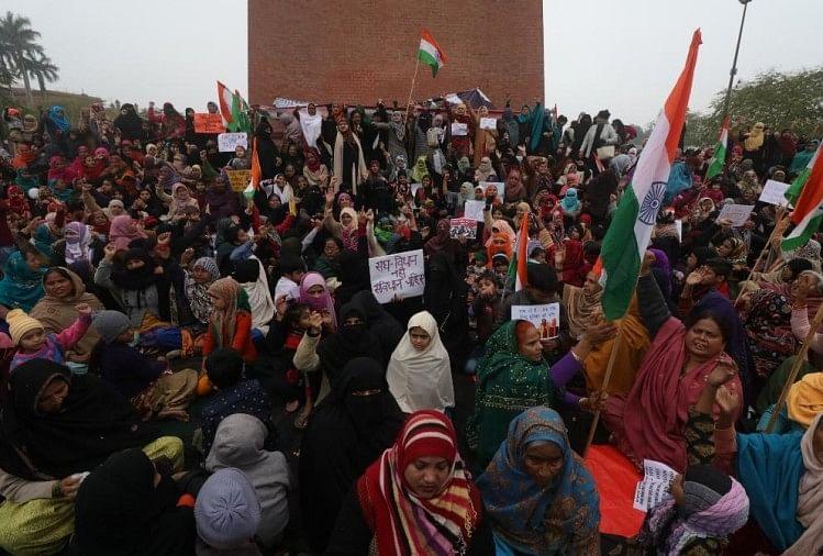 दिल्ली के शाहीन बाग की तर्ज पर लखनऊ के घंटा घर पर प्रदर्शन कर रही महिलाओं की संख्या रविवार को दिन चढ़ने के साथ ही बढ़ती जा रही है। शुक्रवार रात को शुरू हुआ प्रदर्शन 70 घंटे बाद भी जारी है।