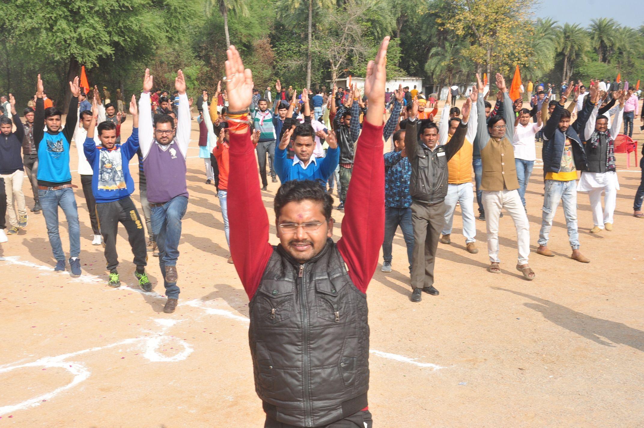 राष्ट्रीय स्वयं सेवक संघ के शाखा संगम में समारोह में व्यायाम करते कार्यकर्ता।