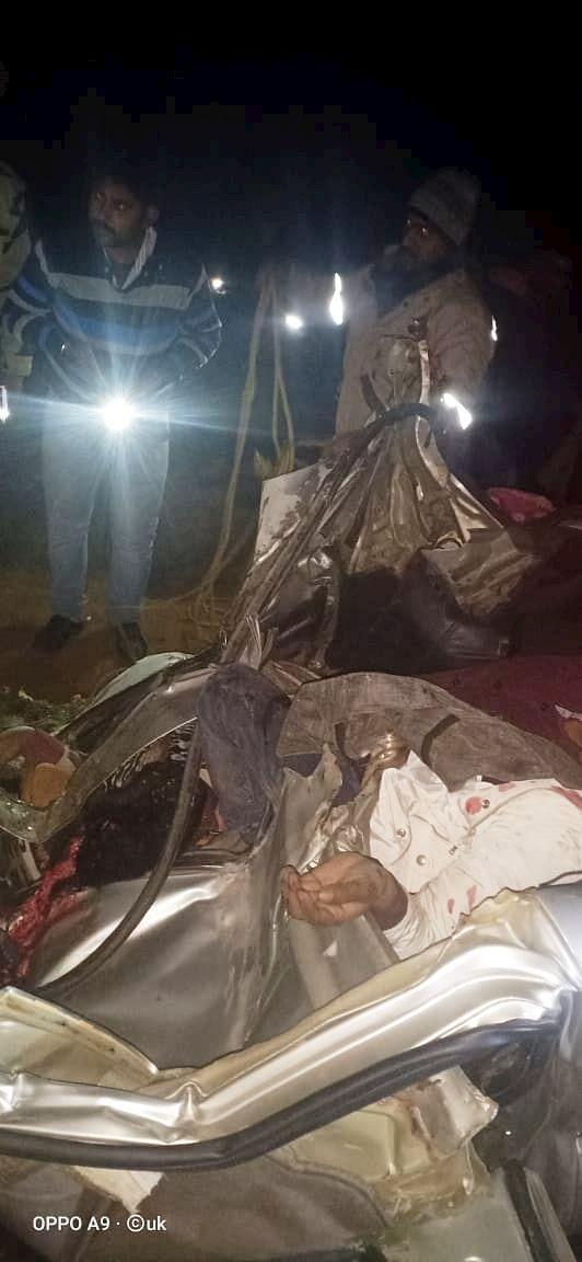 शाहजहांपुर-बीसलपुर मार्ग पर सोमवार को मार्ग दुर्घटना में क्षतिग्रस्त कार में फंसे शवों की पहचान