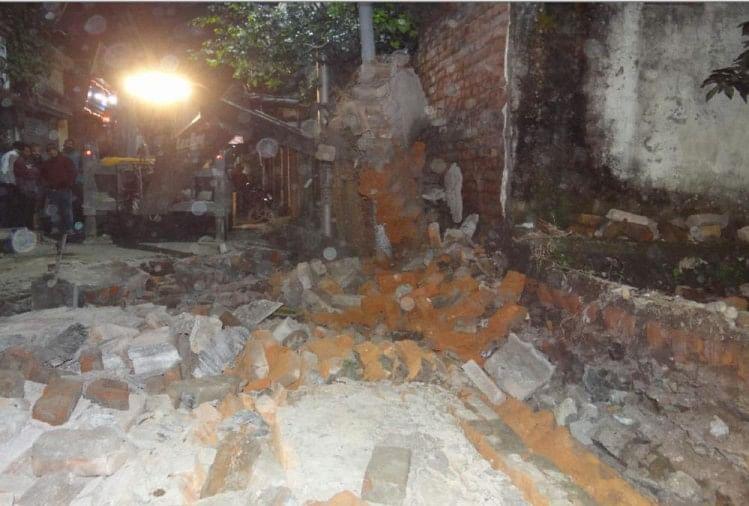 ऋषिकेश में पुष्कर मंदिर मार्ग स्थित एक सरकारी स्कूल की जर्जर दीवार बुधवार को भरभरा कर गिर गई। दीवार के मलबे में दबने से एक किशोर की मौत हो गई जबकि दो लोग बुरी तरह घायल हो गए।