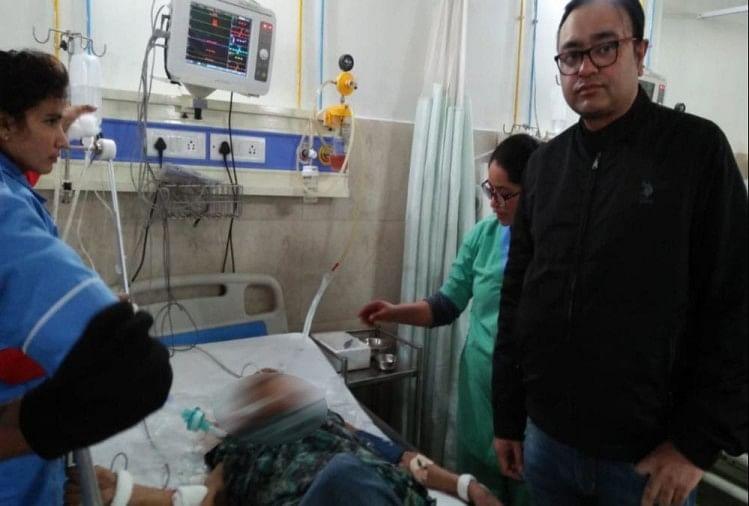 उत्तराखंड के काशीपुर में एक घर के अंदर मां-बेटे गर्दन कटी हुई हालत में मिले। दोनों को अस्पताल में भर्ती कराया गया है।
