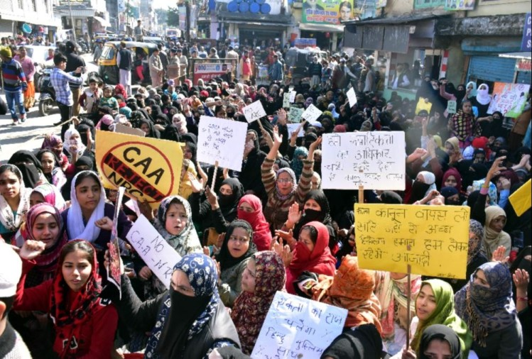 दिल्ली के शाहीन बाग की तर्ज पर उत्तराखंडहल्द्वानी की महिलाओं ने भी आंदोलन का बिगुल बजा दिया है। नागरिकता संशोधन कानून और एनआरसी के खिलाफ सैकड़ों महिलाएं बुधवार को ताज चौराहे पर धरने पर बैठ गईं।