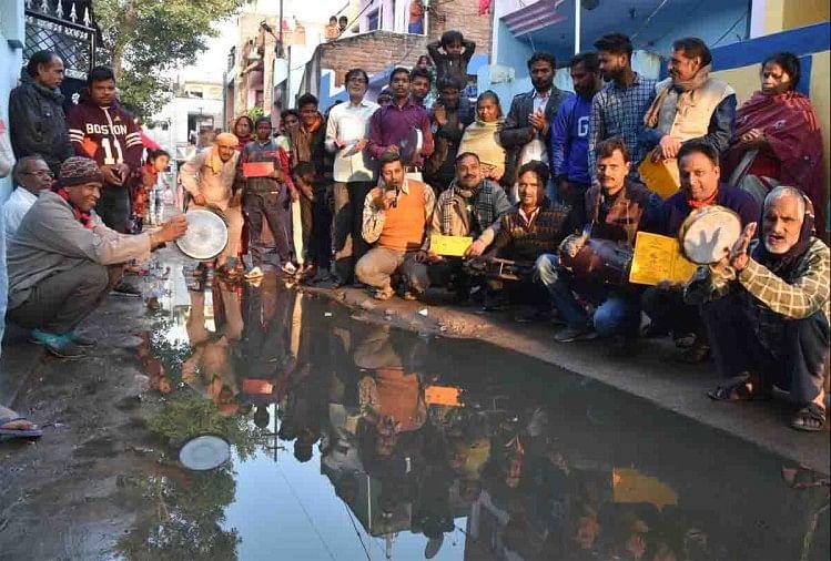 कानपुर के नौबस्ता, मछरिया की संजय नगर केडीए कॉलोनी में सीवर भराव की विकराल समस्या से लोग आजिज आ चुके हैं। मंगलवार को जन प्रतिनिधि और जिम्मेदार अधिकारियों की हीलाहवाली से आजिज आ चुके मोहल्ले के लोग हाथों में ढोलक और मंजीरा लेकर सड़कों पर उतरे।
