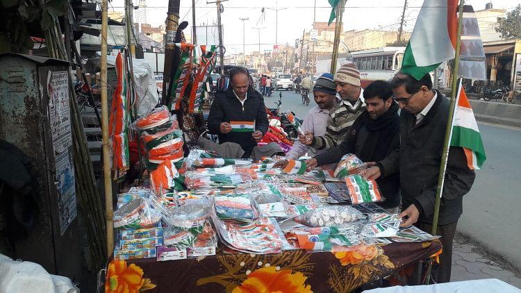 बाजार में तिरंगा झंडा खरीदने को लोगों की होड़ लगी