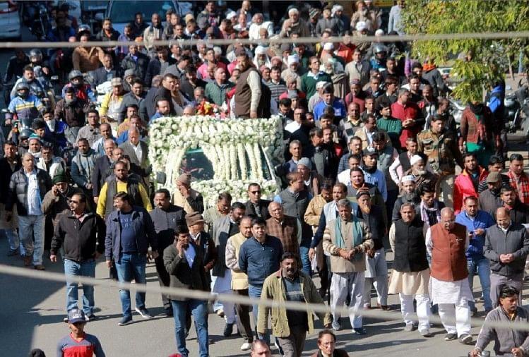 वरिष्ठ समाजसेवी सेठ दयानंद गुप्ता को बृहस्पतिवार को हजारों लोगों ने नम आंखों से अंतिम विदाई दी।