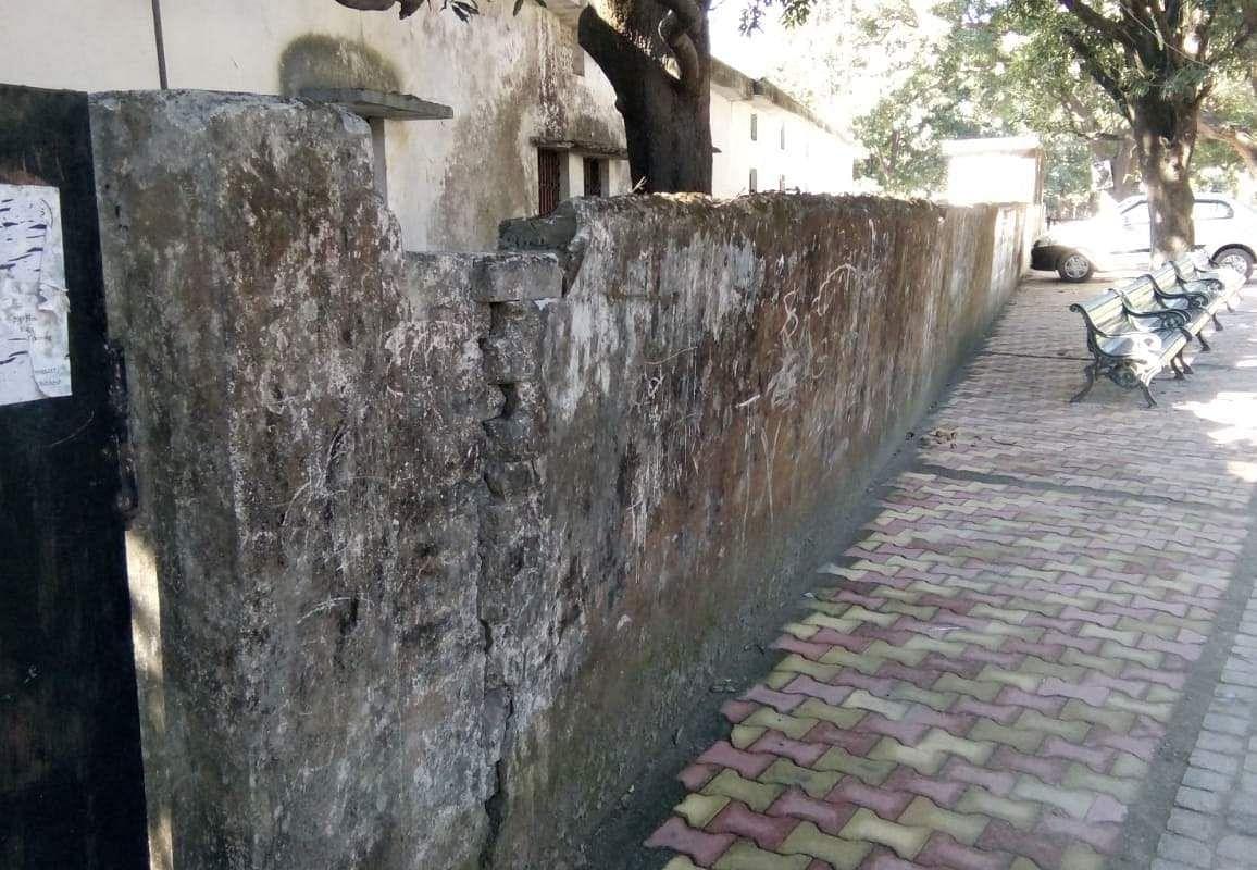 राजकीय प्राथमिक विद्यालय लक्ष्मणझूला की दीवार।