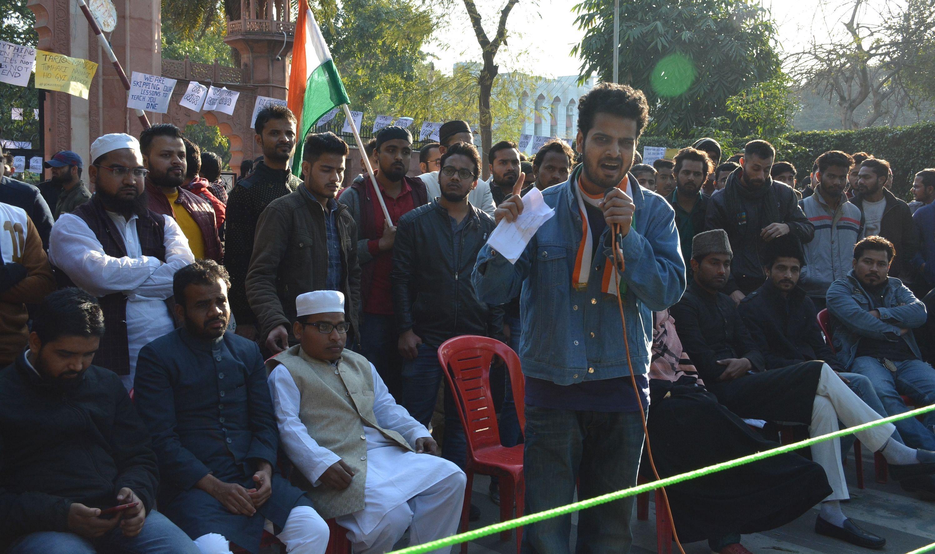 विरोध प्रदर्शन कर रहे एएमयू छात्रो को सम्बोधित करते जेएमआई के छात्र।