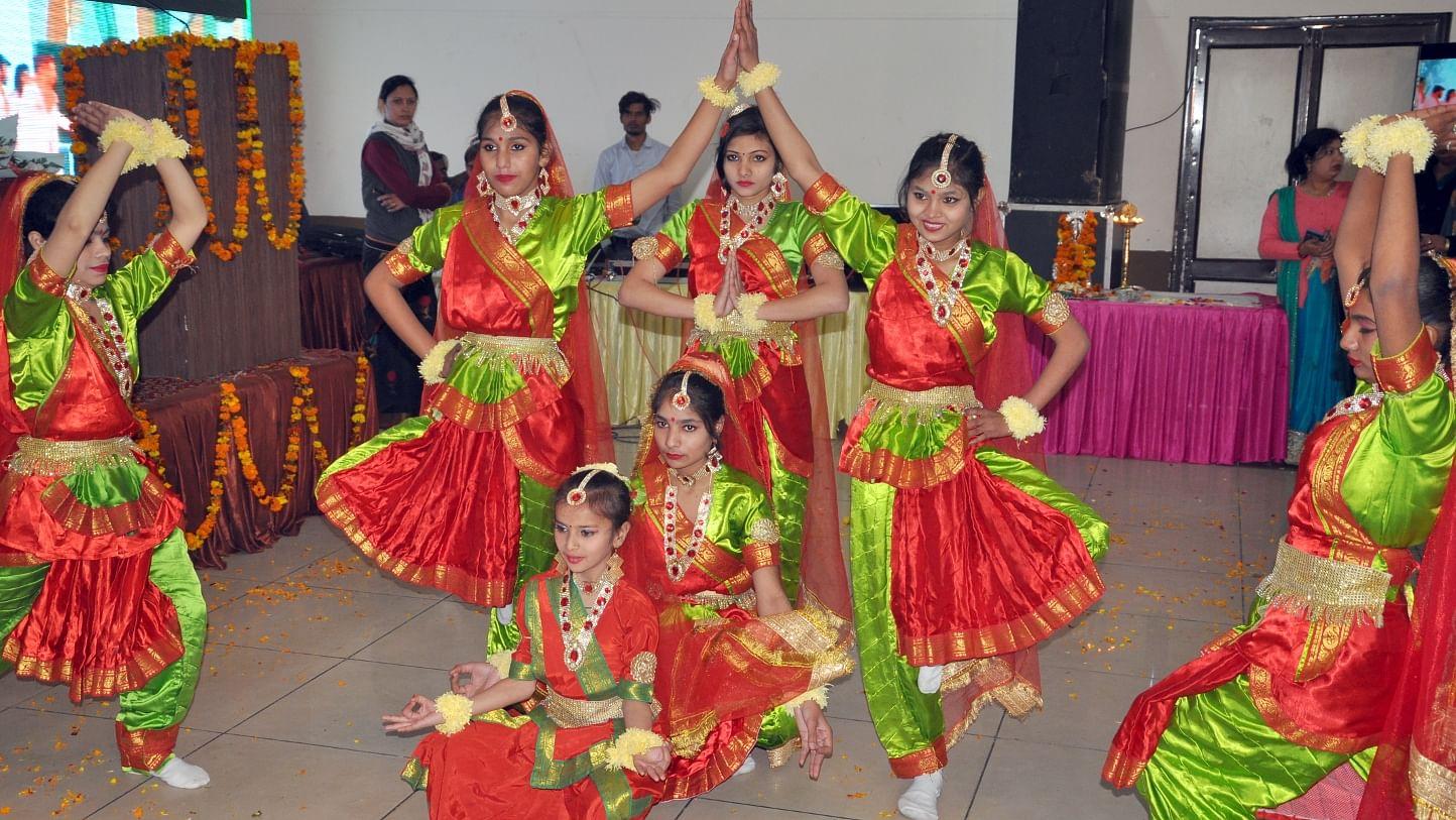 शामली कैराना रोड पर  आयोजित उत्तर प्रदेश दिवस समारोह  में   सांस्कृतिक कार्यक्रम प्रस्तुत करती छा