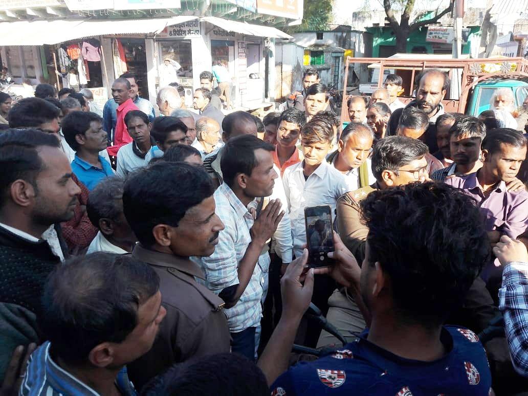 पाली में भीड़ के बीच में पकड़ा गया आरोपी