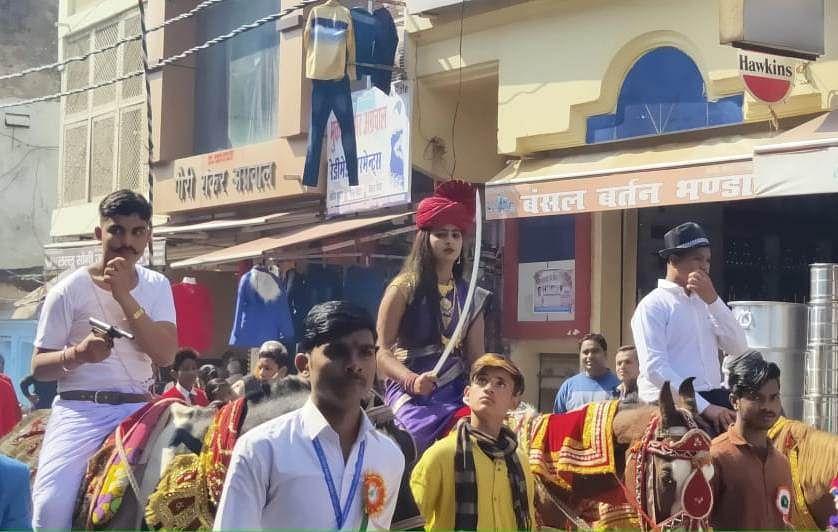 जालौन में स्कूली छात्र-छात्राएं रानी लक्ष्मीबाई भगत सिंह की वेशभूषा में रैली निकालते