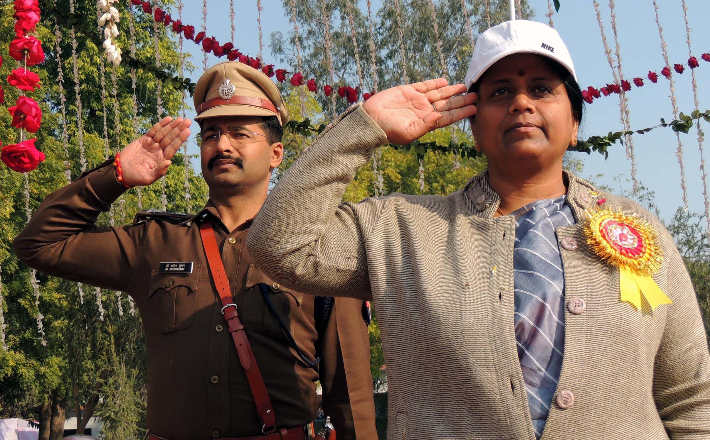 पुलिस लाइन मे गणतंत्र दिवस पर परेड की सलामी लेती प्रभारी मंत्री नीलिमा कटियार व एसपी सतीश कुमार