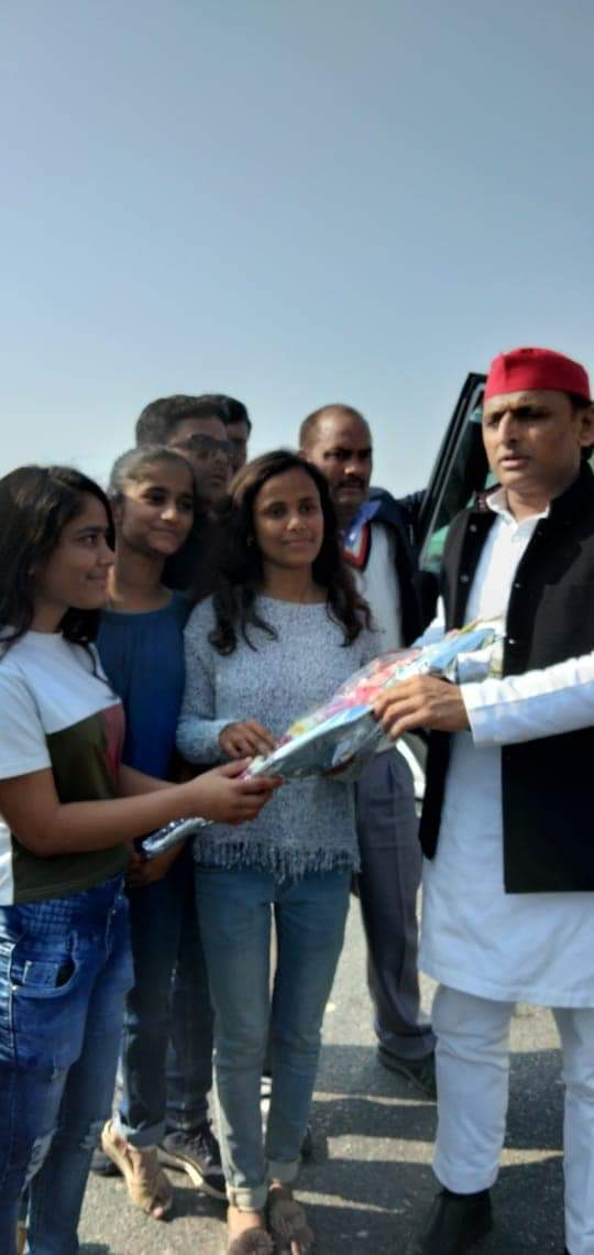 राठ रोड ओवरब्रिज पर सपा नेता की बेटियों से मिलते अखिलेश यादव