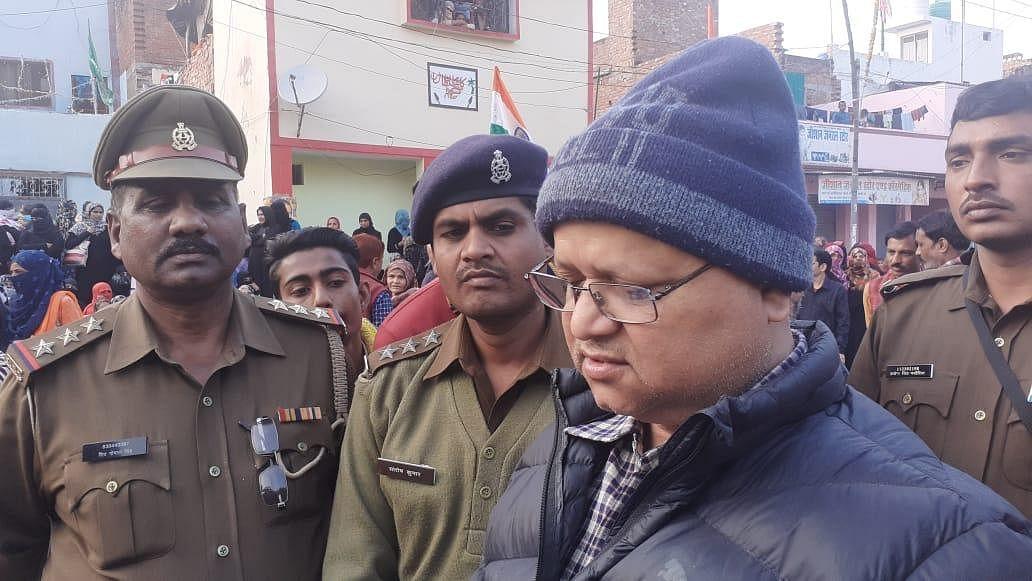 तिलक नगर में ज्ञापन लेने के लिए खड़े सिटी मजिस्ट्रेट हरिशंकर शुक्ला व सीओ संतोष कुमार
