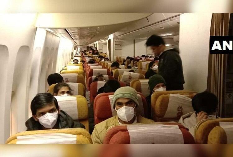 शुक्रवार देर रात एयर इंडिया के विशेष विमान ने वुहान से 324 भारतीय यात्रियों के पहले जत्थे को स्वदेश लाने के लिए उड़ान भरी।