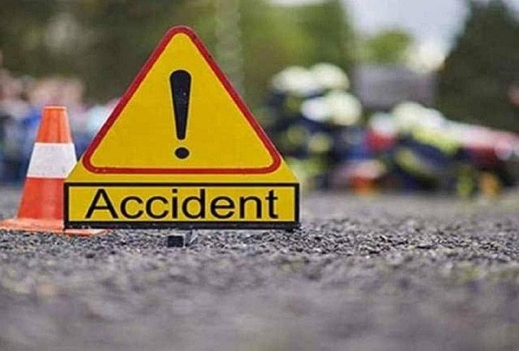 उत्तर प्रदेश के कुशीनगर में रविवार की रात एक बड़ा हादसा हो गया। यहां देर रात बोदरवार रोड पर खड़े गन्ना लदे ट्रक से बाइक सवार तीन युवक टकरा गए।