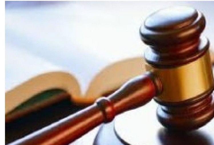 अधिवक्ता द्वारा कोर्ट में बीमारी की अर्जी देकर विवाह समारोह में जाने के मामले में वकीलों के विरोध और अनुरोध के बाद हाईकोर्ट ने अपने आदेश पर रोक लगा दी है।