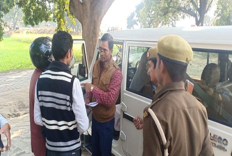झूंसी थाना क्षेत्र के पटेलनगर गांव में एक स्कूल परिसर के बाहर वाहनों की चेकिंग के लिए पहुंचे एआरटीओ प्रवर्तन...