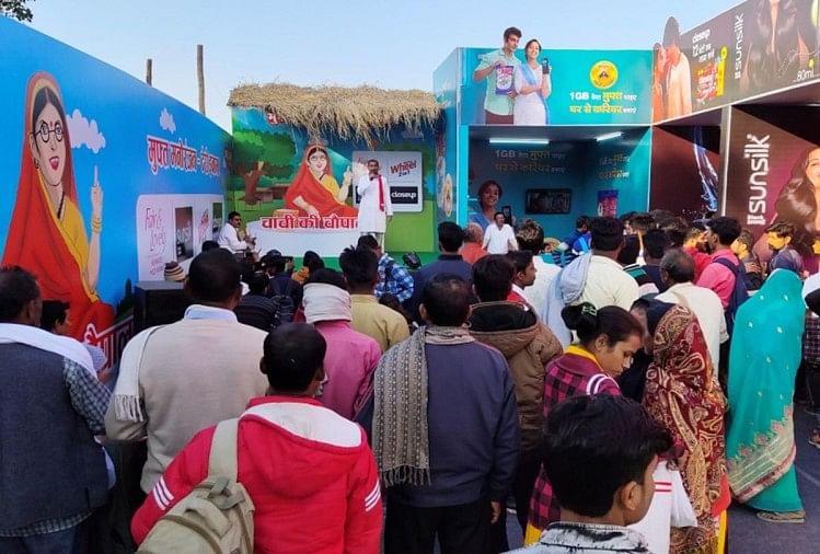 प्रयागराज में गंगा, यमुना और सरस्वती के त्रिवेणी संगम के किनारे इन दिनों आस्था का सैलाब देखने को मिल रहा है।