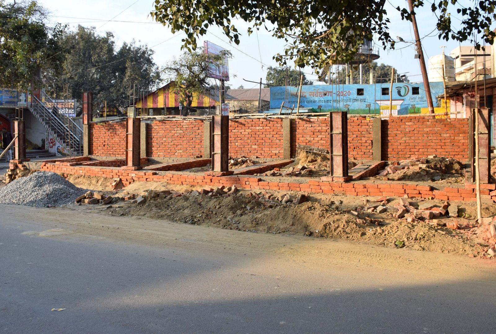 शहर के रोडवेज क्षेत्र में सड़क पर हो रहा दुकानों को निर्माण।