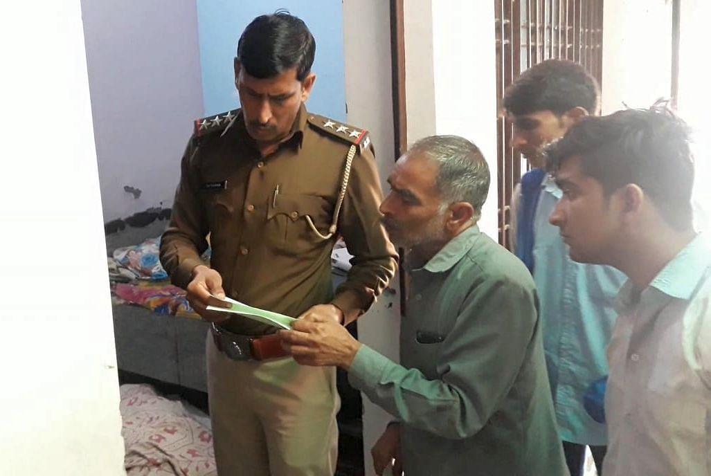 इंडियन कालोनी में सजायाफ्ता कैदी के आत्महत्या करने के मामले में युवक के पिता से बातचीत करते थाना
