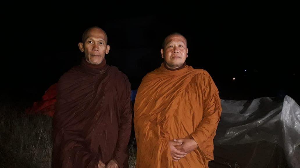 महाराजगंज के डिप्टी की छावनी पहुंचे थाईलैंड के बौद्ध भिक्षु।