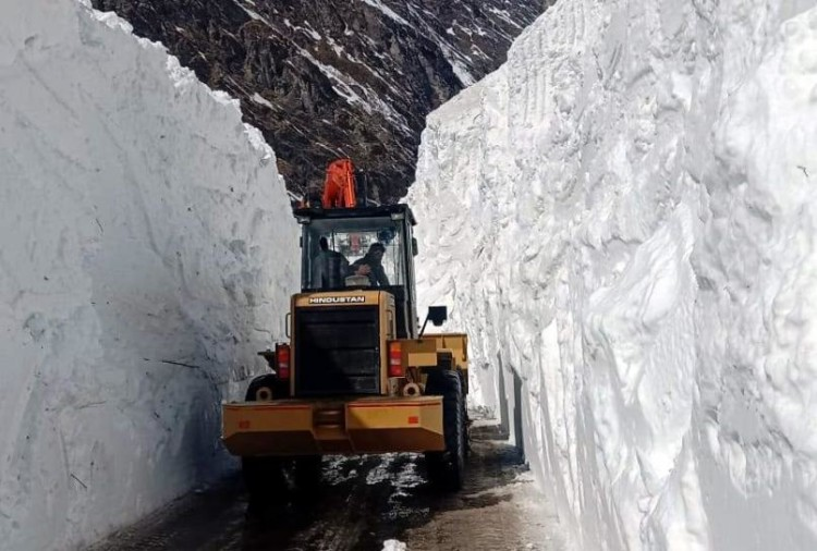 Uttarakhand: Glacier on Badrinath highway from Radang band to Mana village