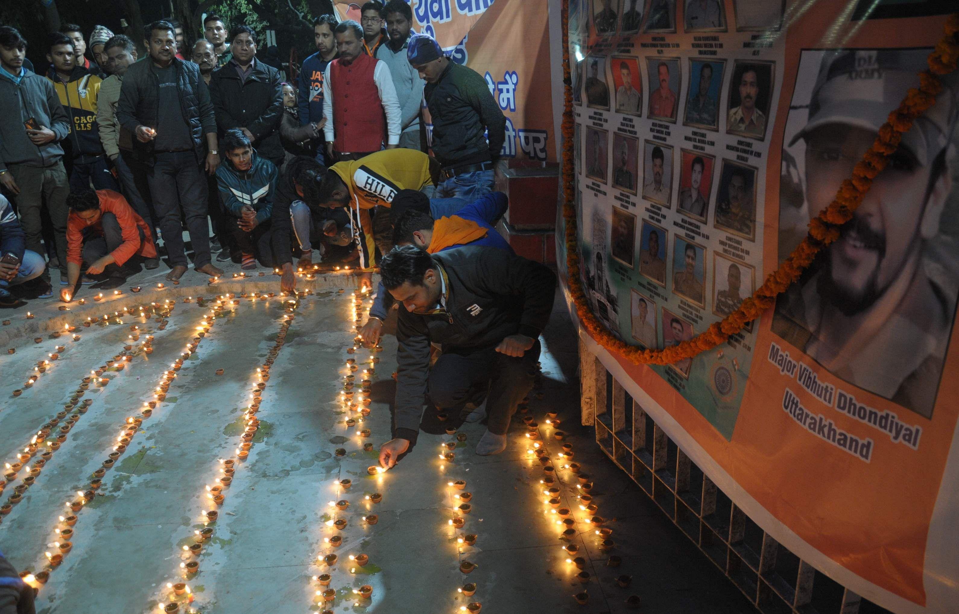 पुलवामा आंतकी हमले में शहीद सैनिकों को गांधी पार्क में 1100 दीप जलाकर श्रद्वांजंलि देते हिंदु वाहि?