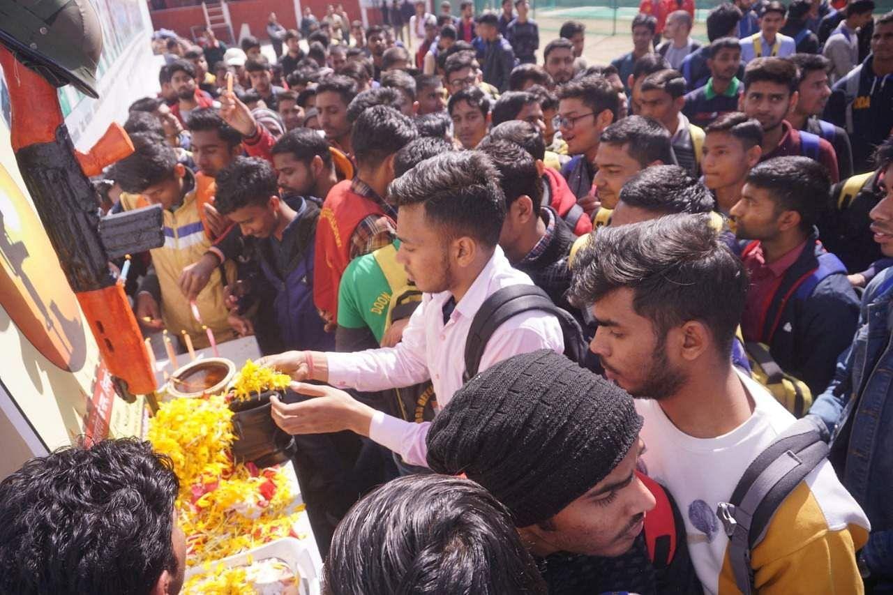 पुलवामा आंतकी हमले में अमर शहीद सैनिकों को दून डिफेंस एकेडमी में शहीद स्थल पर पुष्प अर्पित कर श्