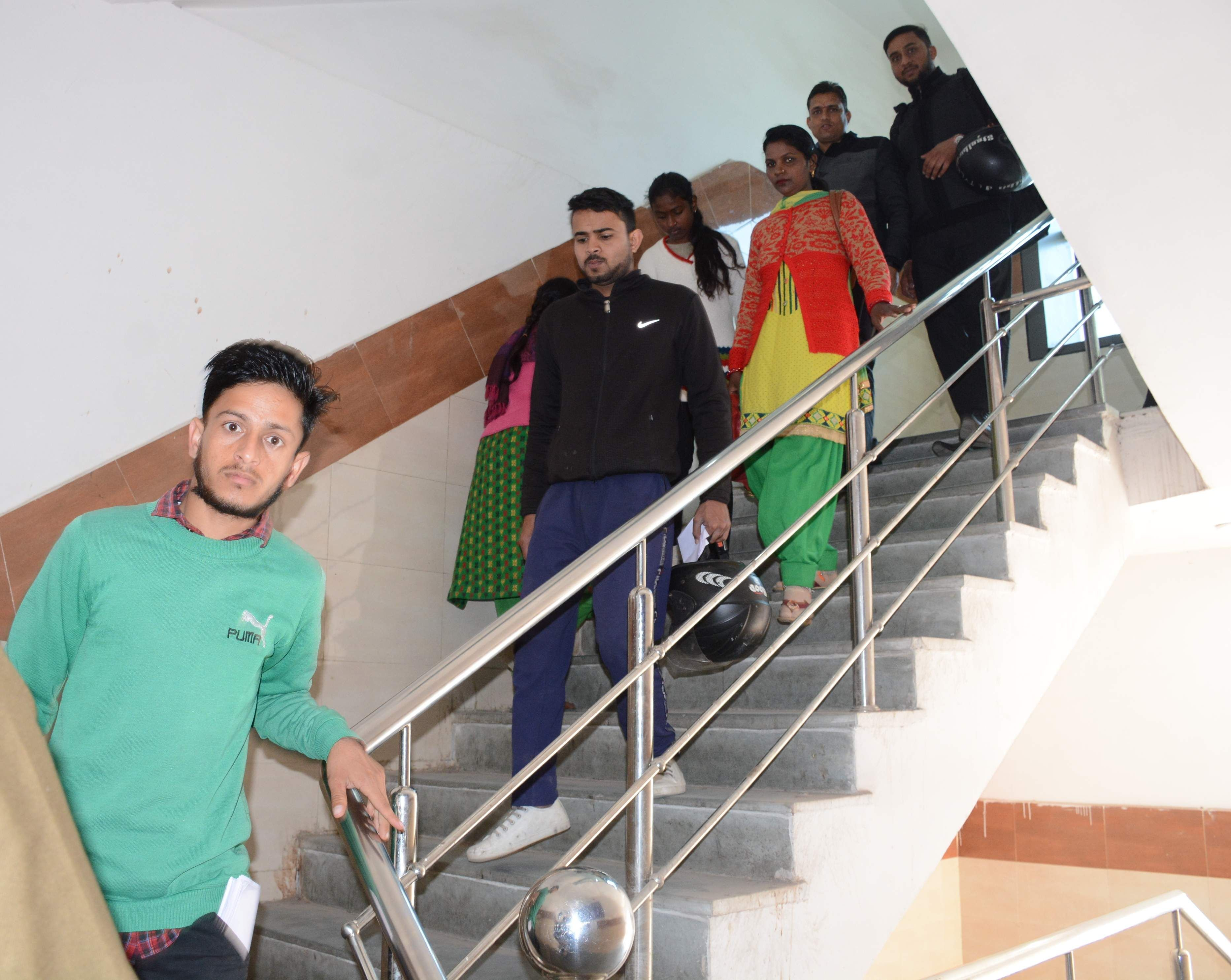 राजकीय दून मेडिकल चिकित्सालय में सीढ़ियों से उतरते मरीज और उनके परिजन ।