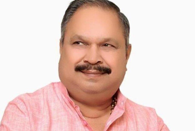 गोंडा जिले के तरबगंज विधायक प्रेम नारायण पांडेय से बाराबंकी के युवक ने 10 लाख रुपये की रंगदारी मांगी। विधायक की शिकायत पर युवक को पुलिस ने हिरासत में ले लिया है।