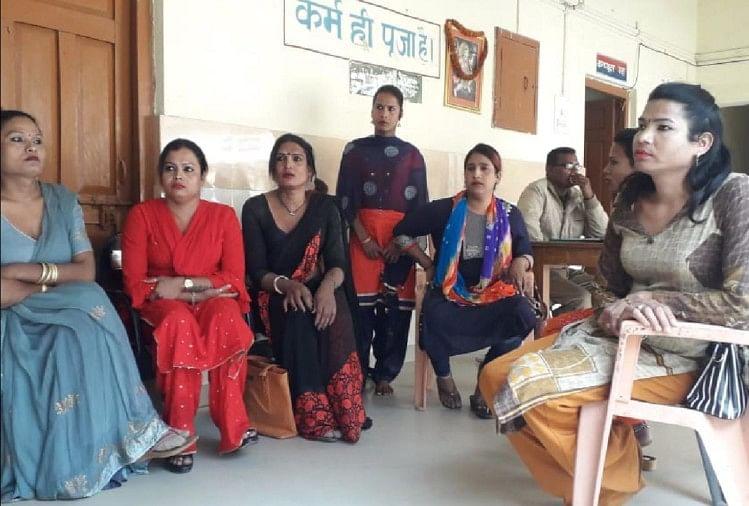 शाहपुर के आजादनगर बिछिया मोहल्ले में रविवार को किन्नरों ने मनचाही नेग न मिलने पर हंगामा खड़ा कर दिया।