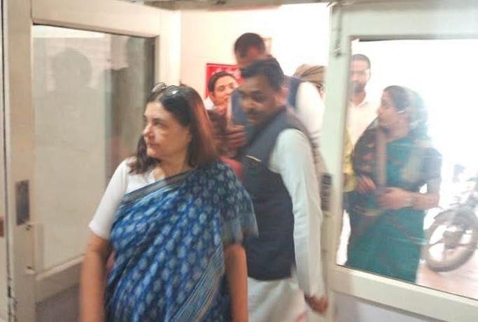 पूर्व केंद्रीय मंत्री व सांसद मेनका गांधी ने सोमवार को जिला महिला अस्पताल पहुंचकर दुष्कर्म पीड़िता बच्ची का हालचाल लिया। सांसद ने पीड़िता के परिजनों को आरोपियों पर कड़ी कार्रवाई का भरोसा दिलाया है।