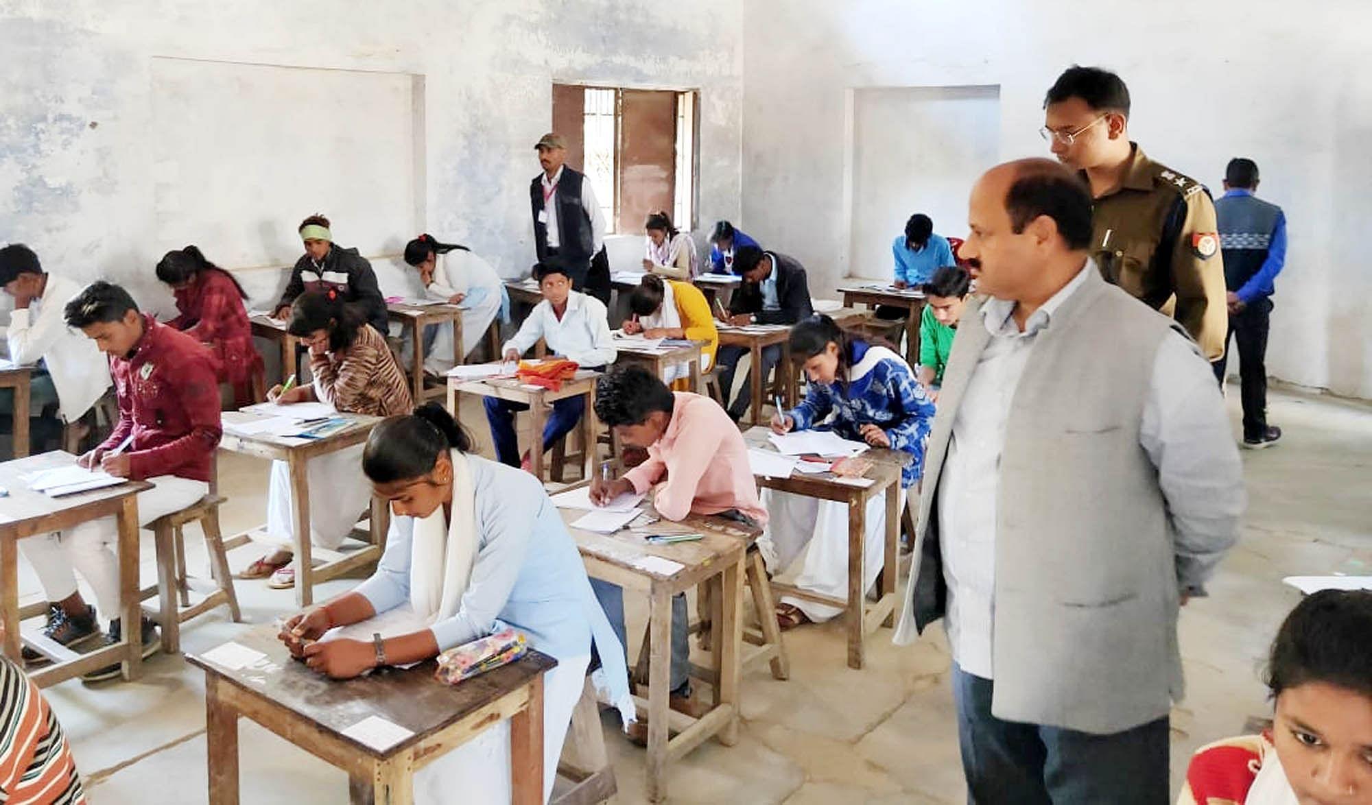 परीक्षा केंद्र का निरीक्षण करते डीएम ज्ञानेश्वर त्रिपाठी व एसपी श्लोक कुमार।