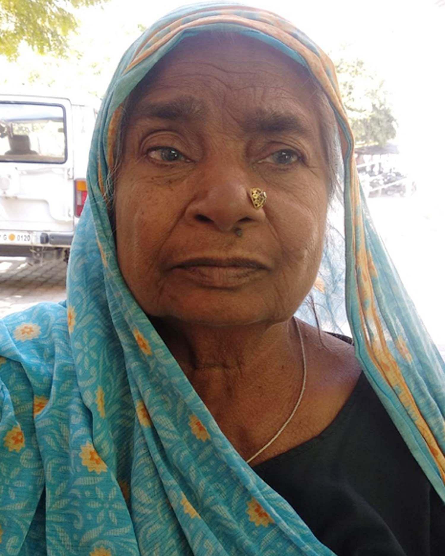 राठ तहसील में अपनी व्यथा बताती अधिकारियों द्वारा मृत दिखाई गई वृद्धा