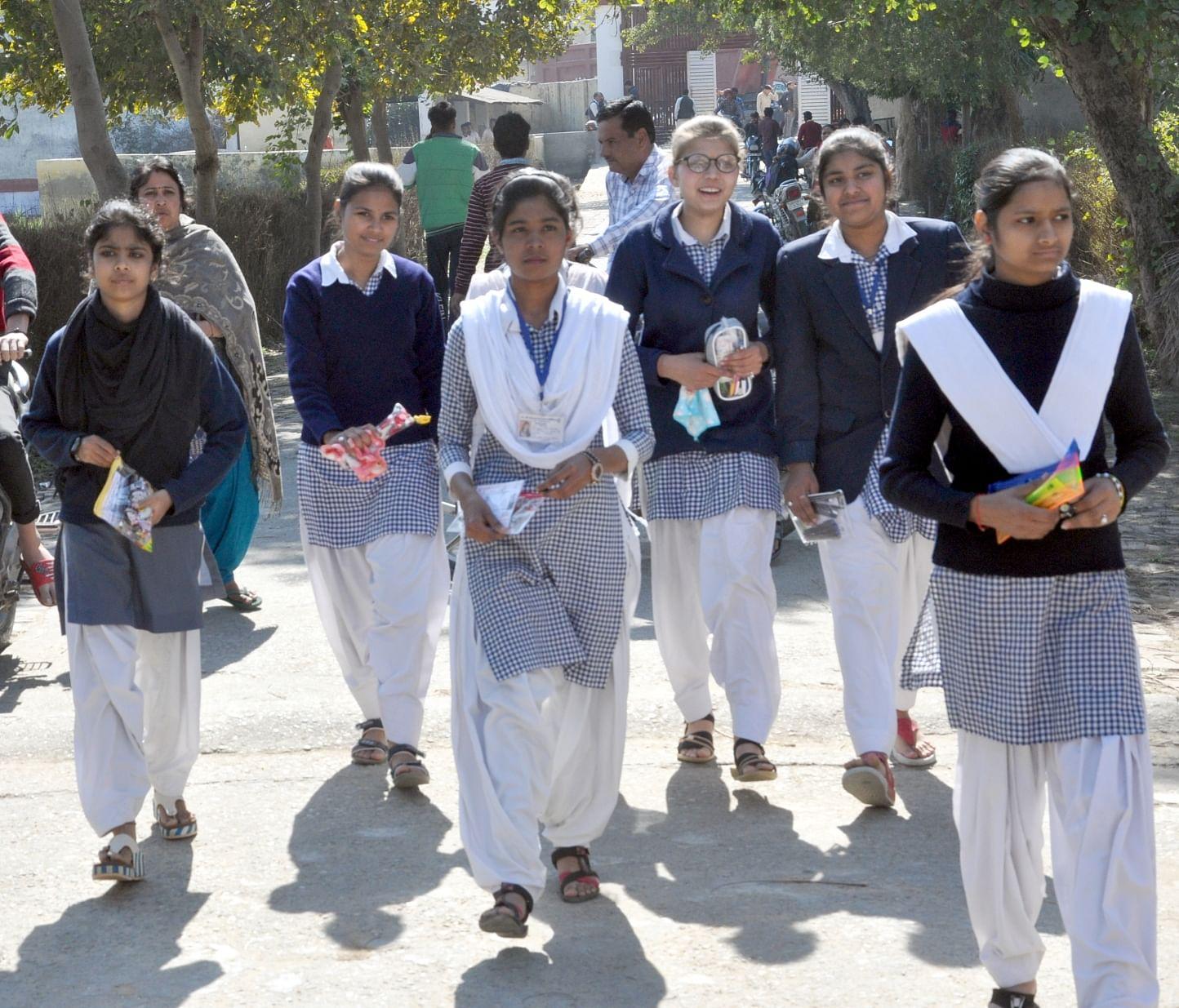 शामली के आरके इंटर कॉलेज में हाईस्कूल की परीक्षा देने जातीं छात्राएं।