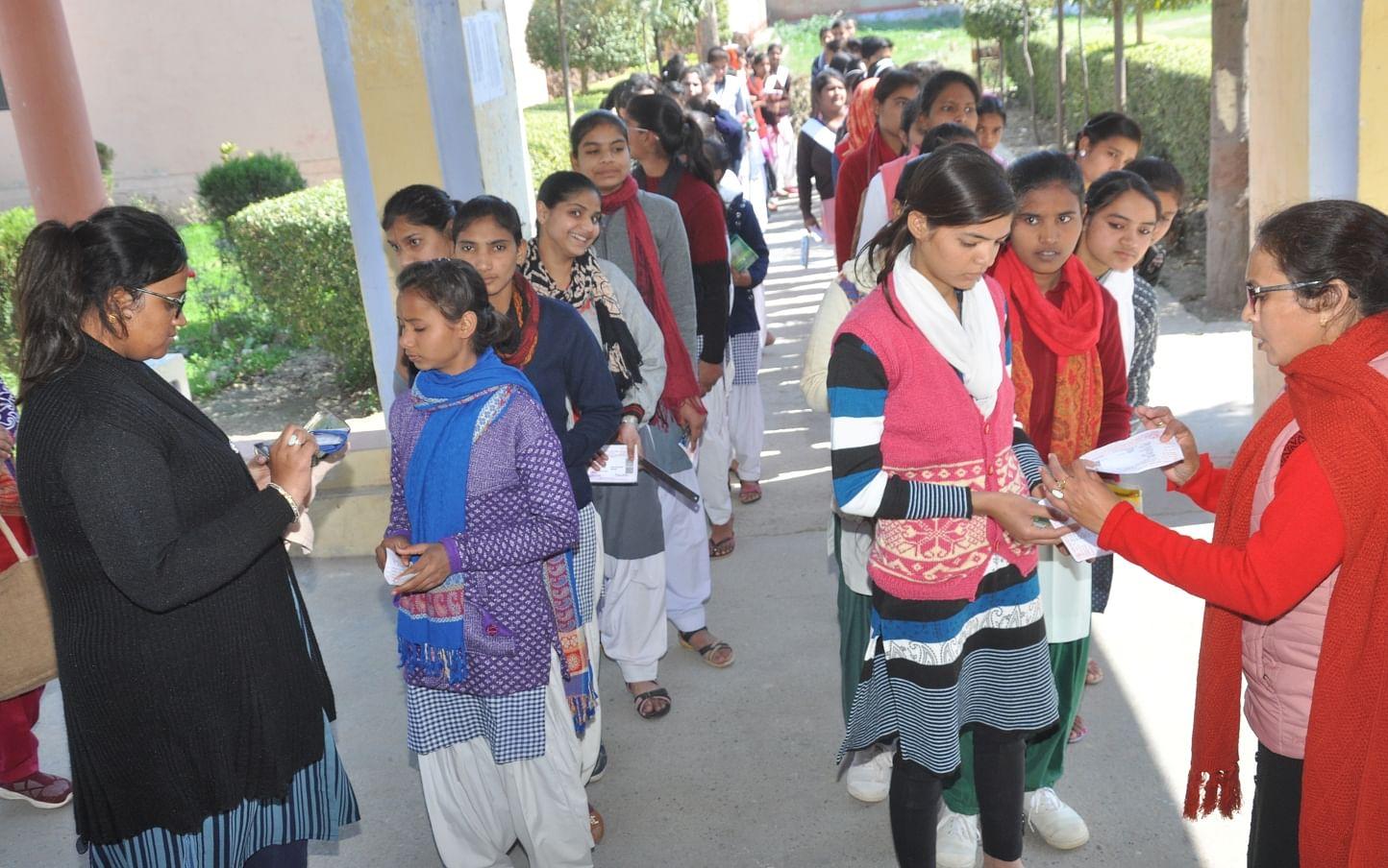 शामली में आरके इंटर कॉलेज में परीक्षा के दौरान छात्राओं की तलाशी लेतीं शिक्षिकाएं।