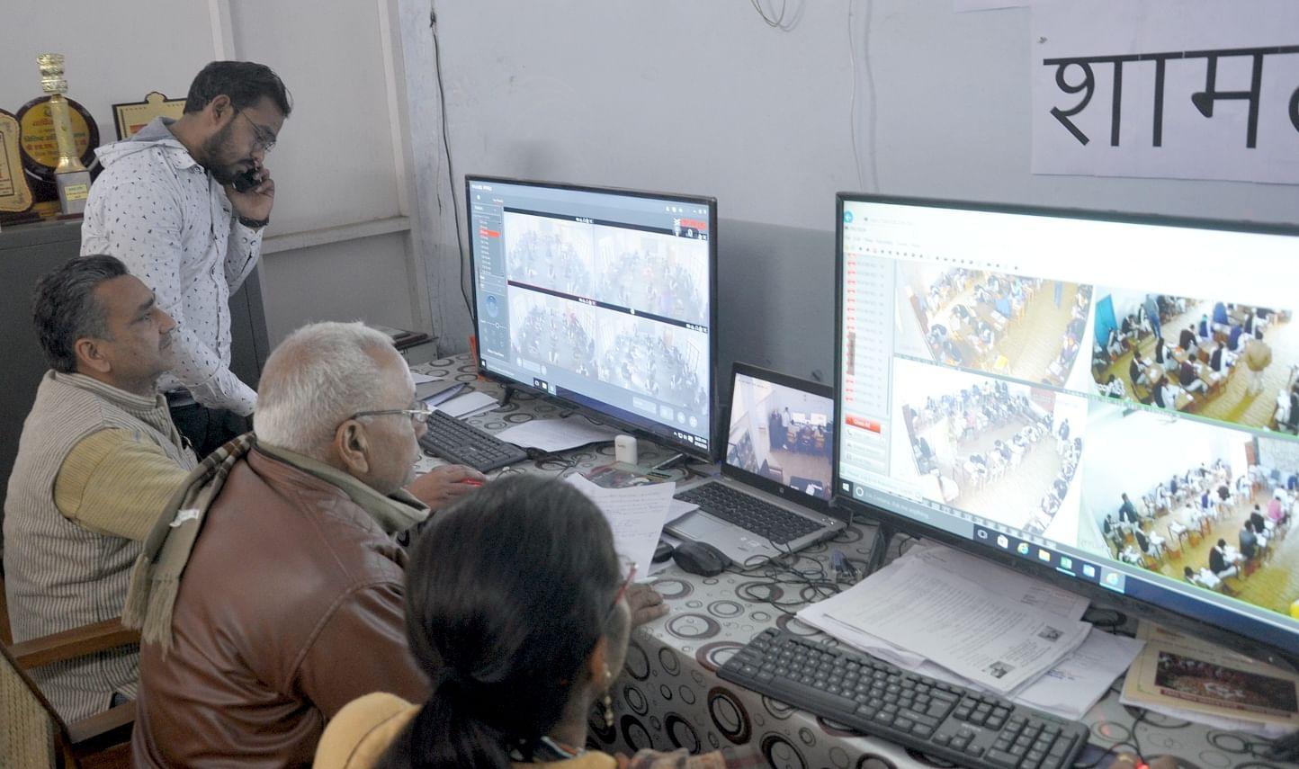 शामली डीआईओएस कार्यालय में स्थित कन्ट्रोल रूम में परिक्षा  के बारे में जानकरी लेते कर्मचारी