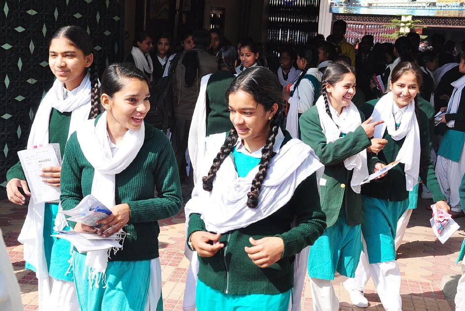 गुरू नानक गर्ल्स इंटर कॉलेज में बोर्ड की परीक्षा देकर बाहर आती छात्राएं