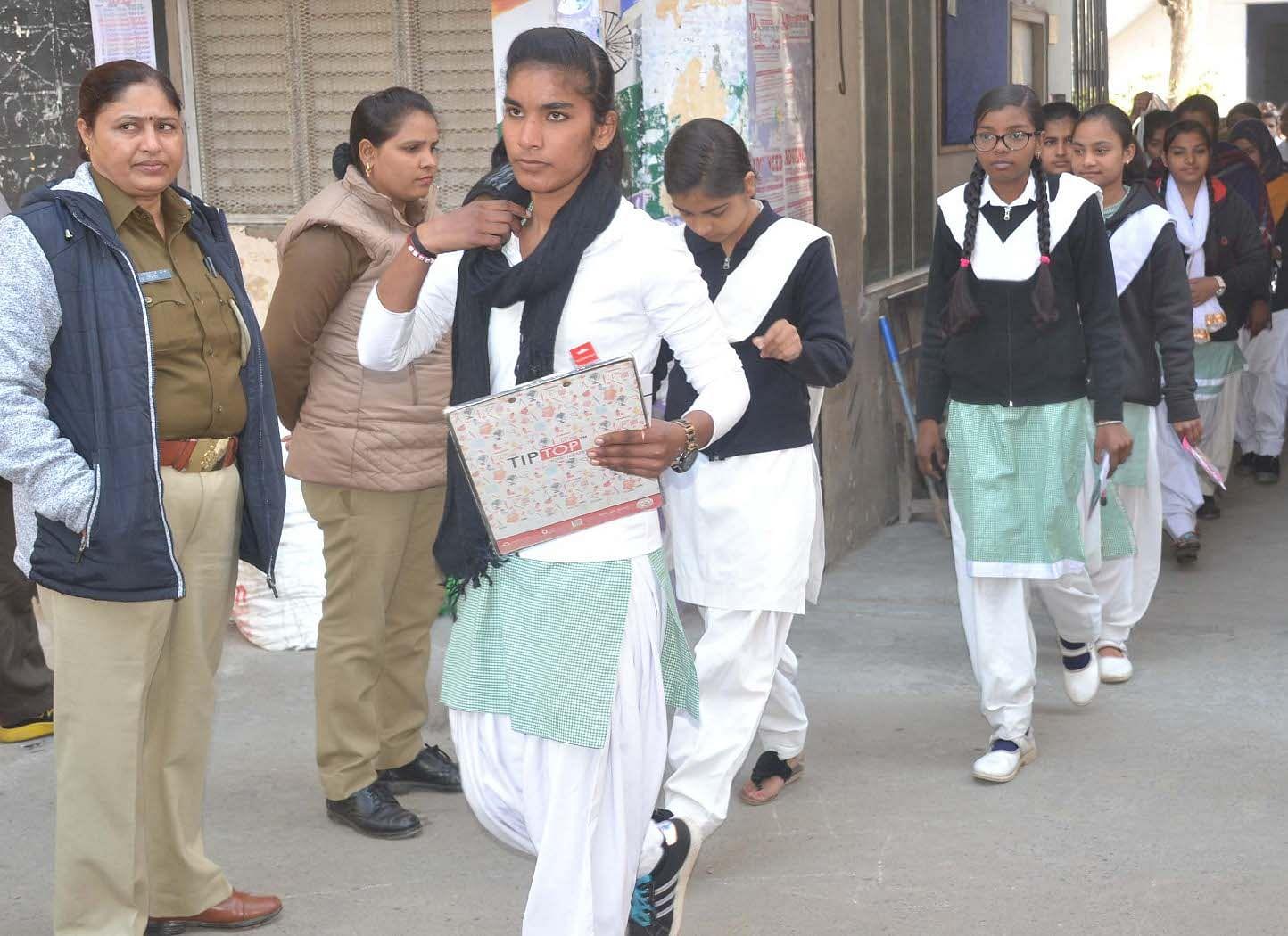 शामली हिन्दू कन्या  कॉलिज  में यू पी  बोर्ड हाई स्कूल की  परिक्षा देकर लोटती छात्राएं